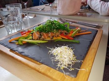Tataki de salmón, verduras salteadas y algas wakame
