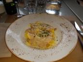 Saquitos de pasta fresca, rellenos de queso y pera con salsa ricotta y nueces