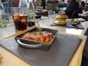 Lasagna casera rellena de carne y salsa de tomate