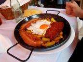 Huevos con chorizo y bacon