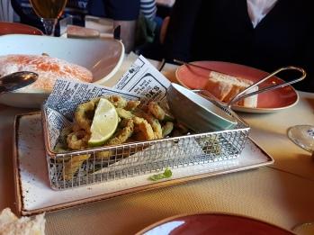 Ricitos de calamar con Lima y salsa de hierbas.